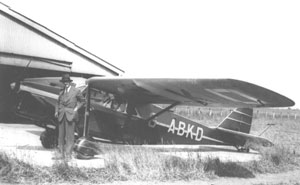 Major Allen with his aeroplane (Album ref 20,1)