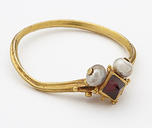 Gold, garnet and pearl finger ring (Click to enlarge)
